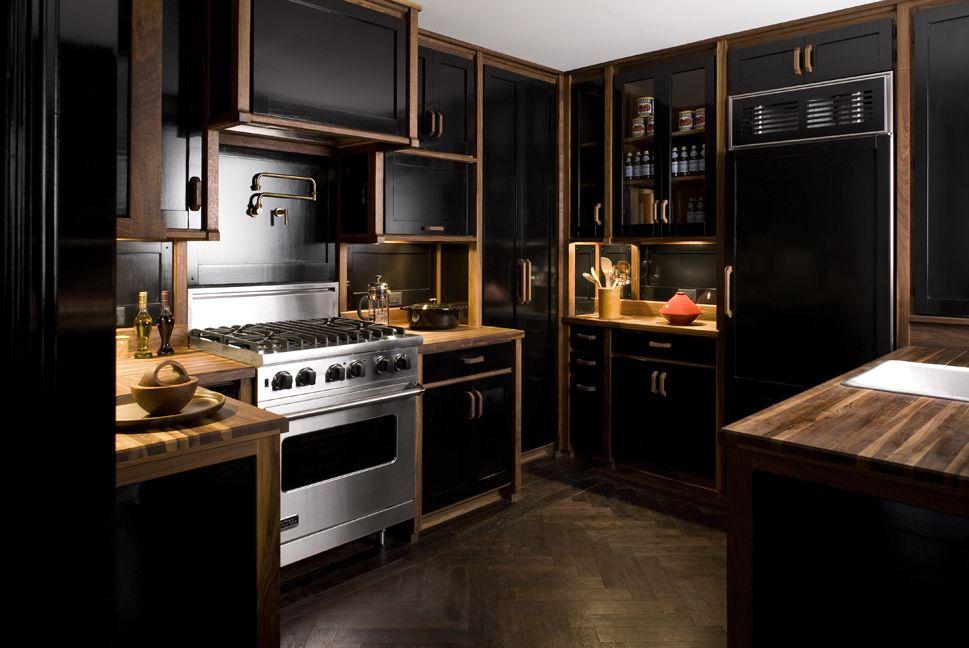 nhà bếp tông màu đen và gỗ