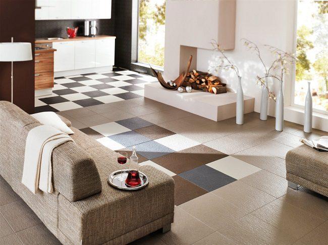 Phòng khách chật nên dùng gạch nhỏ và vừa để trông không gian rộng rãi hơn