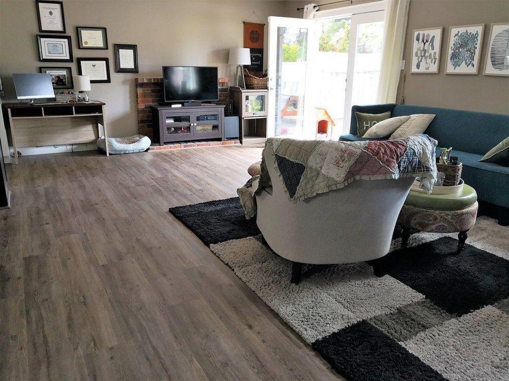 Hoạ tiết giả gỗ màu nhạt giúp phòng khách trông thoáng đãng và thanh thoát hơn