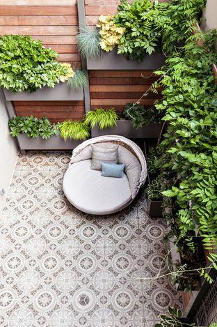 Màu sắc của gạch ốp tường ban công phải hài hoà với gạch lát sàn, màu sơn tường và đồ nội thất