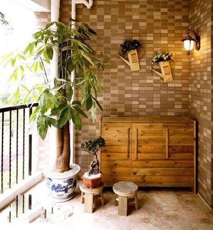 Gạch giả gỗ hợp với ban công trồng nhiều cây cảnh