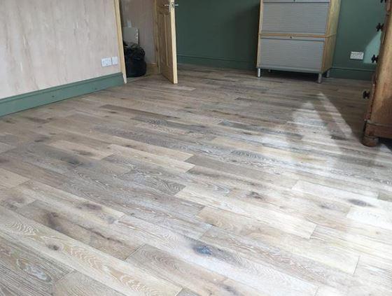 Màu nâu ngã tông xám thích hợp cho phòng có phong cách nhẹ nhàng, dễ kết hợp với màu tường và trần nhà.