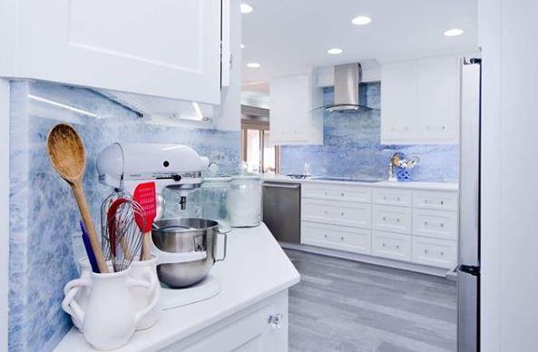 Màu trắng giúp phòng bếp trông sạch sẽ và thoáng mát