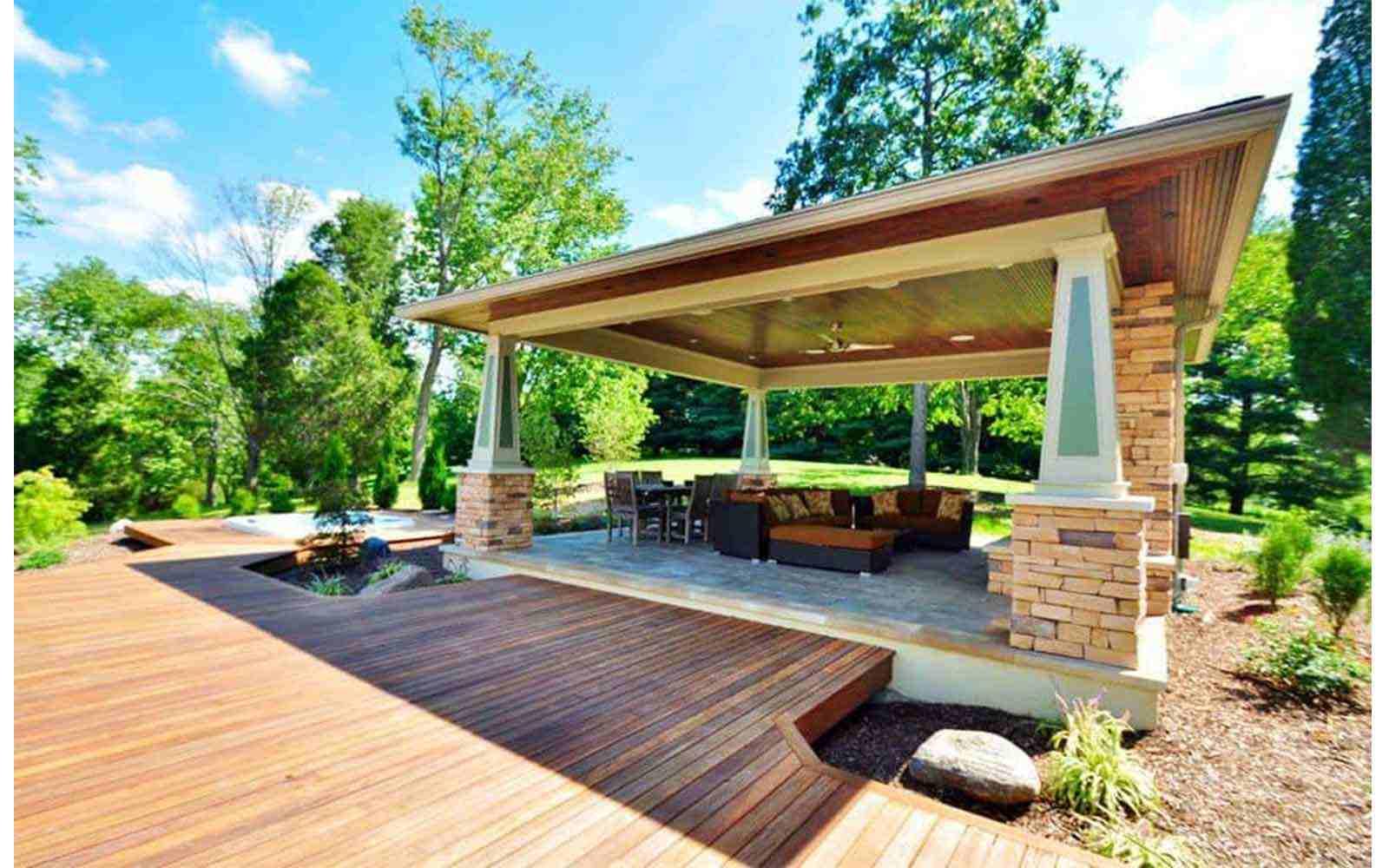 Phong cách lát sân vườn gạch giả gỗ hòa hợp với thiên nhiên
